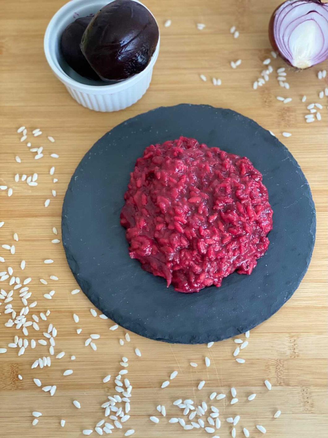 piatto di risotto barbabietola