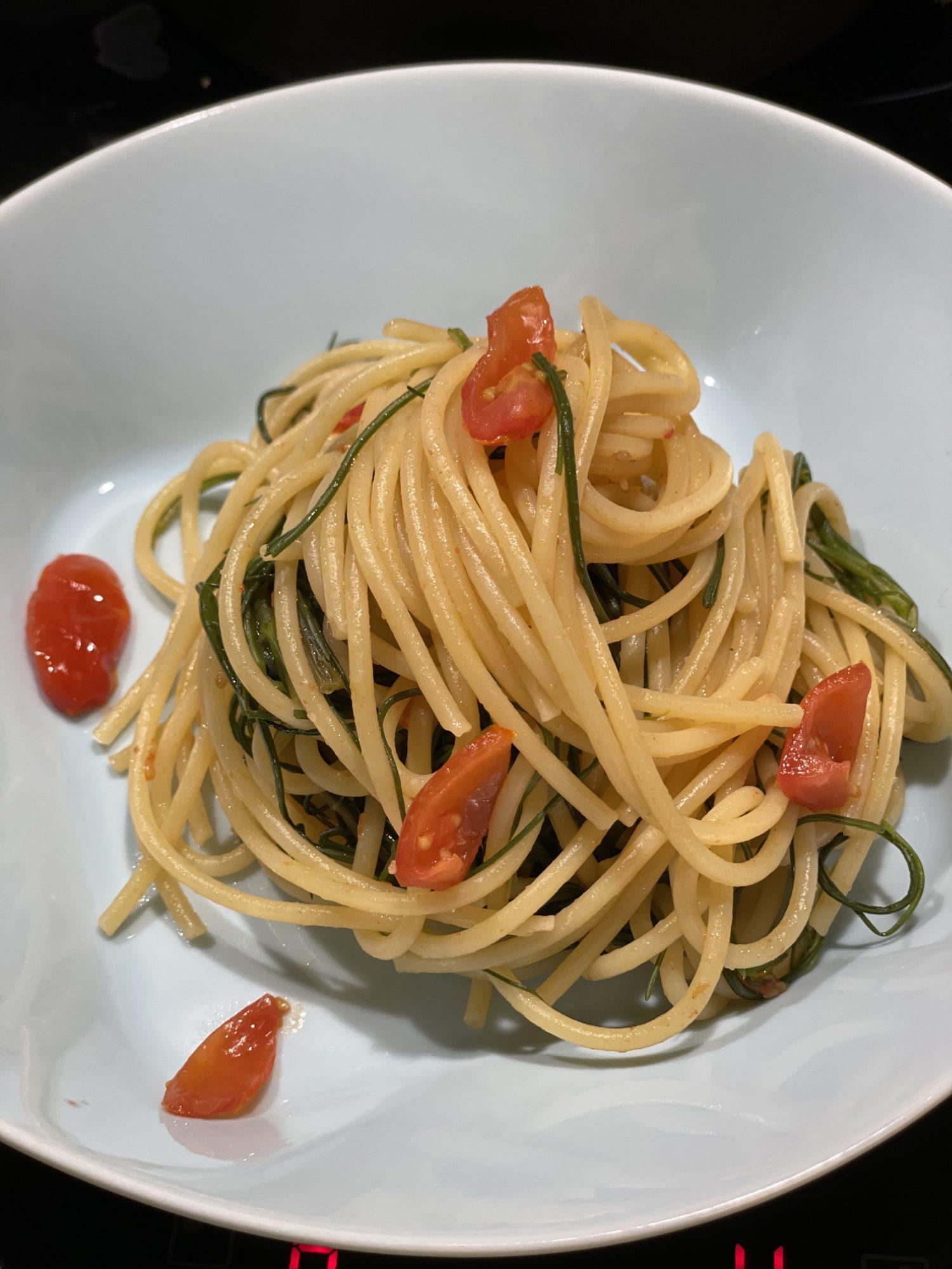 piatto di spaghetti agretti e pomodorini